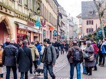 Gente en la Navidad y el festival del Año Nuevo en la ciudad vieja de Colmar Fotografía de archivo