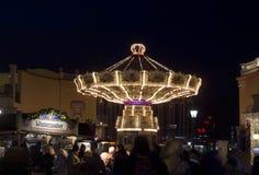 Gente en la noche en el parque de atracciones de Prater en Vienn Fotos de archivo