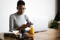 Gente en la oficina del trabajo usando el ordenador portátil y el wifi modernos Foto de archivo