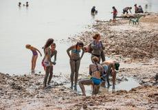 Gente en la orilla del mar muerto Fotos de archivo libres de regalías