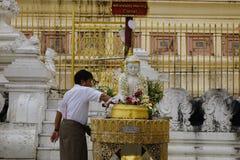 Gente en la pagoda de Shwedagon Foto de archivo libre de regalías