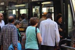 Gente en la parada de autobús Imagenes de archivo