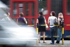 Gente en la parada de autobús Fotos de archivo libres de regalías