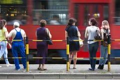 Gente en la parada de autobús Foto de archivo libre de regalías