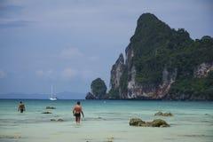 Gente en la phi Tailandia de la phi de la KOH del mar imagen de archivo libre de regalías