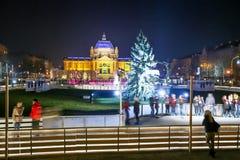 Gente en la pista de patinaje en la ciudad de Zagreb Imagenes de archivo