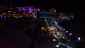 Gente en la pista en la noche almacen de metraje de vídeo