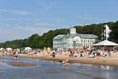 Gente en la playa. Foto de archivo