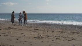 Gente en la playa abandonada de Positano del invierno en Italia almacen de metraje de vídeo