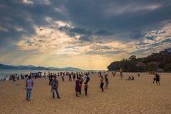 Gente en la playa apretada fotos de archivo