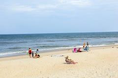 Gente en la playa cerca de Buxton Imagenes de archivo