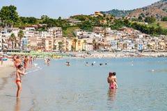 Gente en la playa cerca de la costa de Giardini Naxos Fotos de archivo libres de regalías