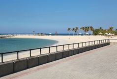 Gente en la playa en la ciudad de Sharja, United Arab Emirates fotos de archivo