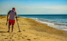 Gente en la playa con el detector Rusia, Blagoveshenskaya, el 9 de octubre de 2108 imagenes de archivo