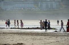Gente en la playa de Fistral Imagen de archivo libre de regalías