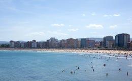 Gente en la playa de Gijón Foto de archivo