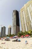 Gente en la playa de las mansiones en Aqualina fotografía de archivo