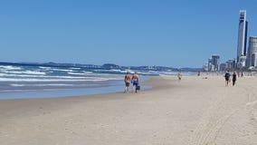 Gente en la playa de las personas que practica surf Fotos de archivo