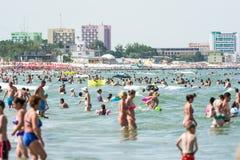 Gente en la playa de Mamaia en el Mar Negro Imagen de archivo libre de regalías