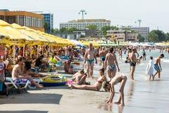 Gente en la playa de Mamaia en el Mar Negro Fotos de archivo libres de regalías