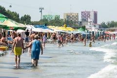 Gente en la playa de Mamaia en el Mar Negro Foto de archivo