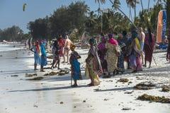 Gente en la playa de Zanzíbar Imágenes de archivo libres de regalías