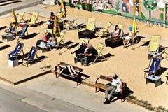 Gente en la playa del canal de Danuvia en Viena Fotos de archivo