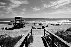 Gente en la playa del océano fotos de archivo