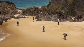 Gente en la playa del punto de Mullimbura NSW australia fotos de archivo libres de regalías