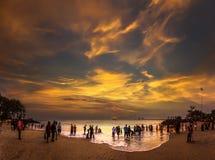 Gente en la playa durante tiempo de verano Fotografía de archivo libre de regalías