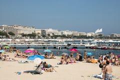 Gente en la playa en Cannes, Francia Imagen de archivo