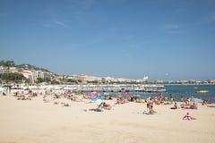 Gente en la playa en Cannes, Francia Fotos de archivo libres de regalías