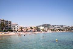 Gente en la playa en Cannes, Francia Imagenes de archivo