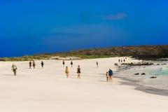 Gente en la playa en la isla de Espanola Foto de archivo