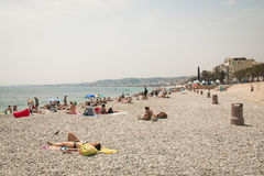 Gente en la playa en Niza, Francia Fotografía de archivo libre de regalías