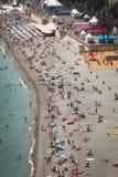 Gente en la playa en Niza, Francia Imagenes de archivo