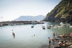Gente en la playa en Vernazza, Italia Fotografía de archivo