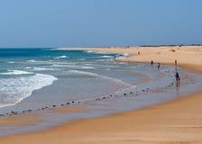 Gente en la playa en Ilha De Barreta Portugal Fotos de archivo libres de regalías