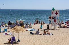Gente en la playa en Maine Imágenes de archivo libres de regalías