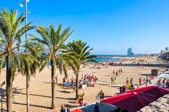 Gente en la playa por la tarde del verano, Barcelona, España de Barceloneta fotografía de archivo