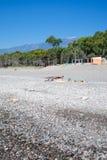 Gente en la playa San Marco en el mar jónico Foto de archivo libre de regalías