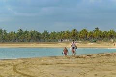 Gente en la playa tropical Oporto Galinhas el Brasil Fotos de archivo