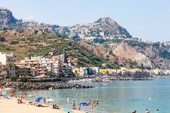 Gente en la playa urbana en la ciudad de Giardini Naxos Fotografía de archivo libre de regalías