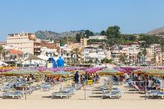 Gente en la playa urbana en la ciudad de Giardini Naxos Fotos de archivo