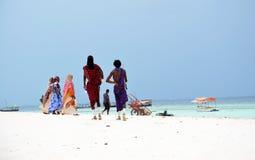 Gente en la playa, Zanzibar del Masai y de los musulmanes foto de archivo