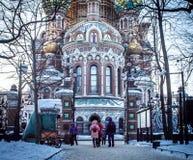 Gente en la puerta de la iglesia del salvador en sangre derramada en St Petersburg, Rusia fotos de archivo
