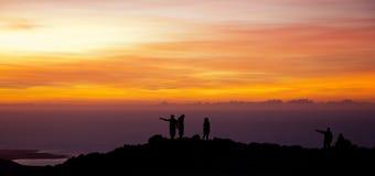 Gente en la puesta del sol Fotos de archivo libres de regalías