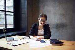 Gente en la rotura de trabajo del trabajo feliz de terminar niveles Imagen de archivo