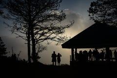 Gente en la salida del sol imagenes de archivo