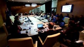 Gente en la sesión de la mesa redonda almacen de metraje de vídeo